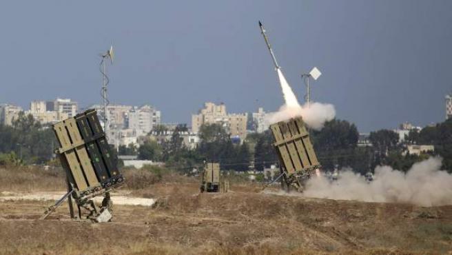 Lanzamiento de un misil del escudo antimisiles Cúpula de Hierro para interceptar un cohete lanzado desde Gaza sobre la ciudad de Ashdod, en el sur de Israel.