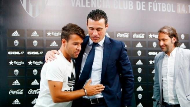 El jugador Joan Bernat se abraza al presidente Amadeo Salvo durante su despedida del Valencia Club de Fútbol tras confirmarse su fichaje por el Bayern.