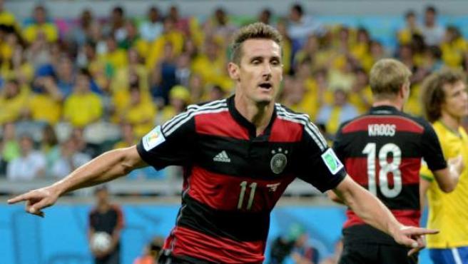 Miroslav Klose celebra el segundo gol de Alemania en la semifinal, que lo convierte en el máximo goleador de la historia del Mundial, por delante de Ronaldo.