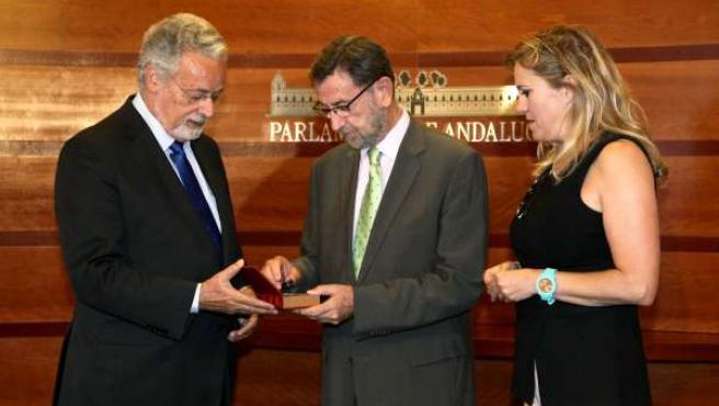 Maeztu entrega a Gracia el Informe del Menor 2013