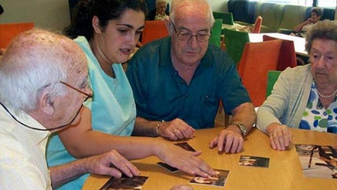 Pacientes con alzhéimer realizando ejercicios de memoria.