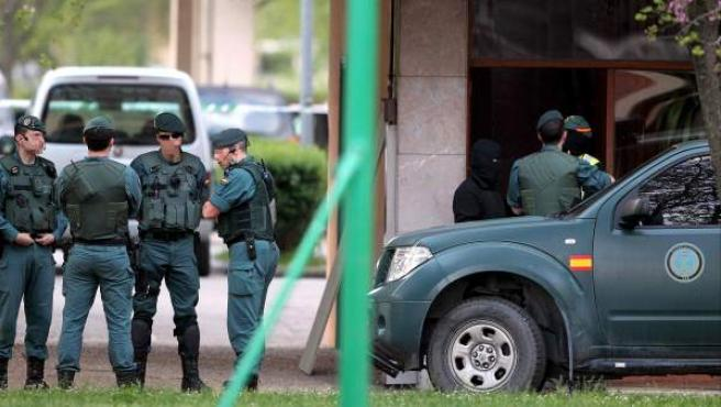 Imagen de archivo que muestra a varios agentes de la Guardia Civil practicando un registro.