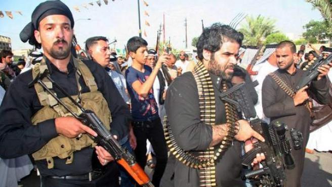 Chiítas iraquíes armados participan en una manifestación en el distrito Shuala de Bagdad (Irak).