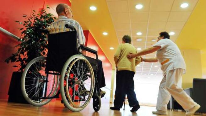 Personas mayores recibiendo cuidados en una residencia.