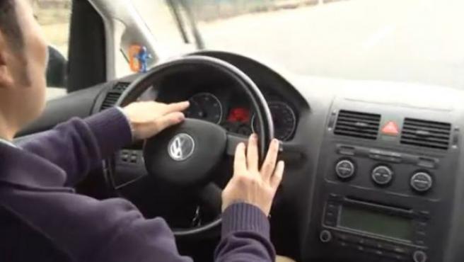 Una mujer conduce un coche.
