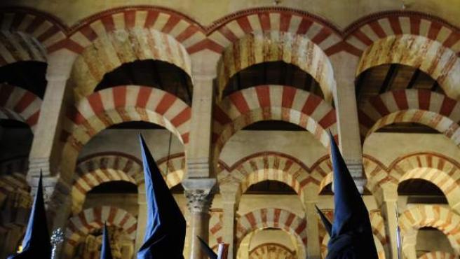 Una procesión recorre la Mezquita de Córdoba.