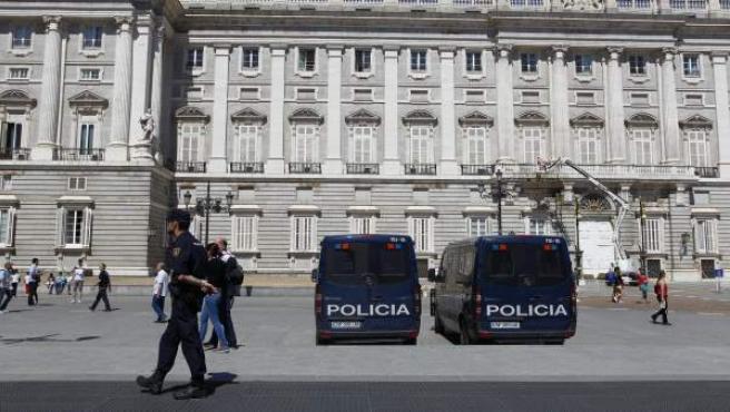 Furgones de la Policía Nacional junto al Palacio Real, dentro del despliegue policial preparado de cara a la proclamación de Felipe VI.
