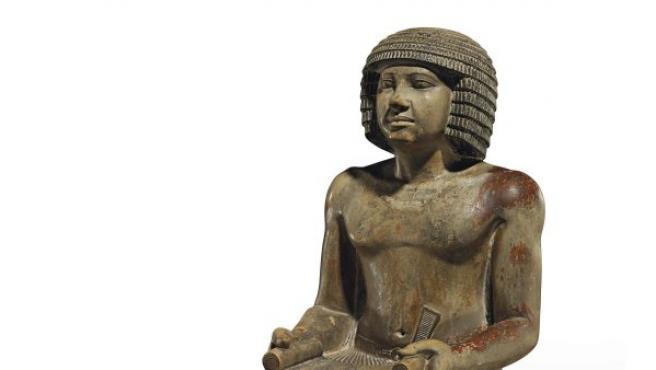 Fotografía facilitada por Christie's de la estatua egipcia de hace más de 4.000 años que se subastó este jueves en Londres por 15,7 millones de libras (26,9 millones de dólares), muy por encima del precio estimado.