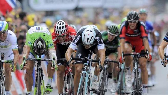 El ciclista italiano del equipo Omega Pharma Quick Step, Matteo Trentin (c), cruza la meta al final de la séptima etapa del Tour.