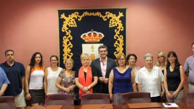 Antonio Gutiérrez Limones junto a representantes de asociasiones solidarias.