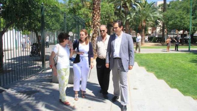 El alcalde (dcha.) pasea junto al nuevo cerramiento del parque