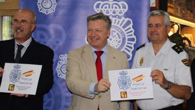Primo Jurado, entre Fernández y Valdivia con el cartel