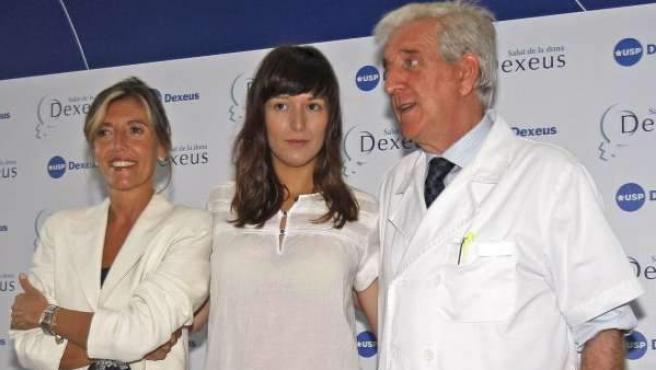 Victoria Anna, junto a dos doctores.