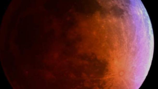 Una imagen de la luna enrojecida por el eclipse conocido popularmente con el nombre de 'lina roja'.