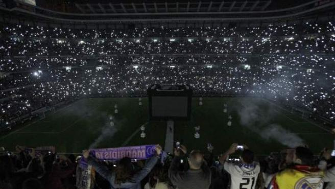 El Santiago Bernabéu, iluminado por los móviles de sus fans.