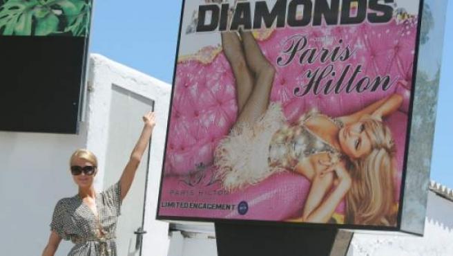 Paris Hilton frente a la discoteca Amnesia de Ibiza.