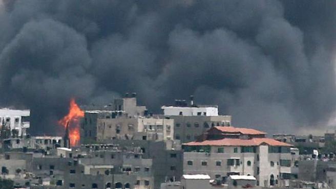 Columnas de fuego y mucho humo es la dramática estampa de diferentes zonas de Gaza, atacadas por Israel desde el comienzo de su ofensiva el martes pasado.