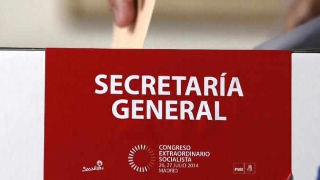 Imagen de una de las urnas donde se deposita un voto para elegir al próximo Secretario General del PSOE.