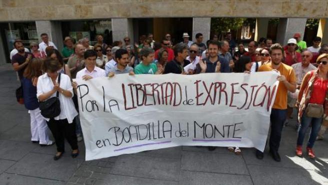 Concentración de apoyo a Puigcorbé delante del Ayuntamiento de Boadilla.