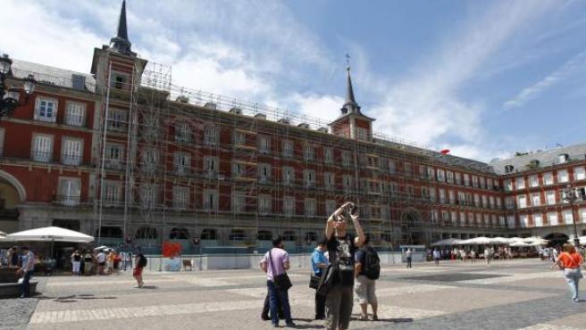 Andamiaje instalado en la Plaza Mayor de Madrid, que será sometida a una remodelación que finalizará en el primer semestre de 2015.