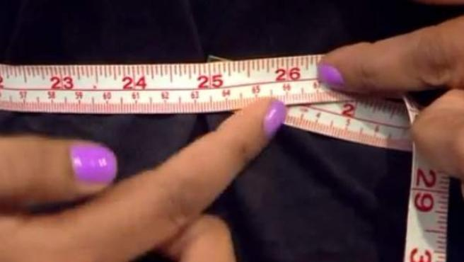 Un metro muestra la cintura de las mujeres que utilizan una talla XXXS.