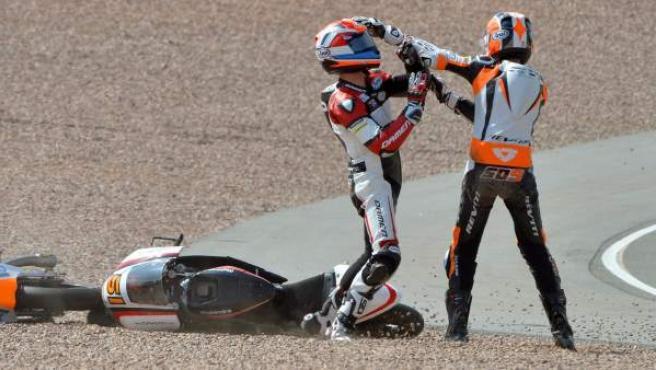 Los pilotos holandeses de Moto3 Bryan Schouten (i) y Scott Deroue (d) pelean tras una caída en el GP de alemania de Moto3.