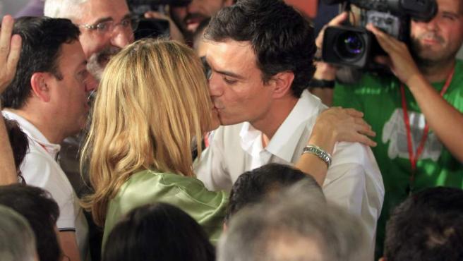 El diputado madrileño Pedro Sánchez (c. derecha) besa a su esposa tras ganarC la consulta entre las bases del PSOE con lo que será el nuevo secretario general de los socialistas en sustitución de Alfredo Pérez Rubalcaba.