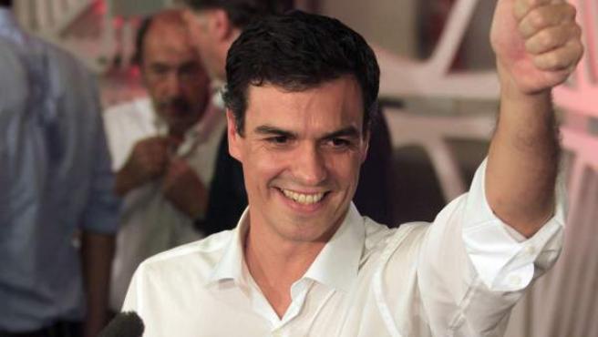 El diputado madrileño Pedro Sánchez saluda tras ganar la consulta entre las bases del PSOE para ser el nuevo secretario general de los socialistas en sustitución de Alfredo Pérez Rubalcaba.