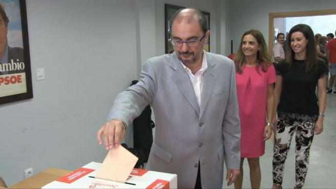 El secretario general del PSOE-Aragón, Javier Lambán, vota en las primarias.