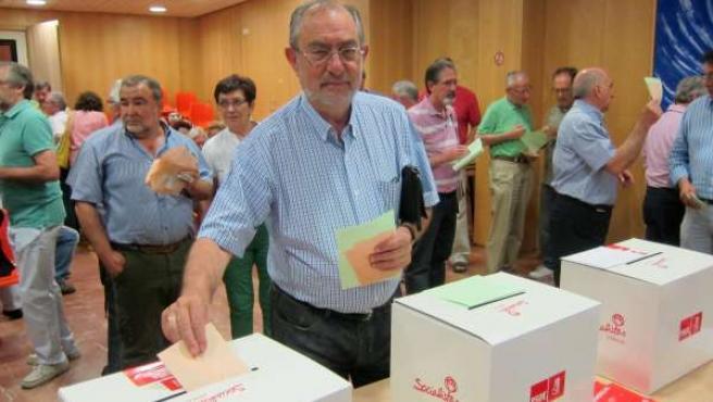 Jesús Quijano votando en la sede del PSOE Santa Lucia