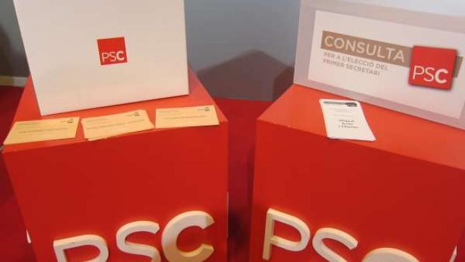 Urnas para las primarias del PSC y del PSOE.