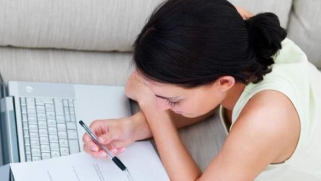 Una trabajadora estudiando