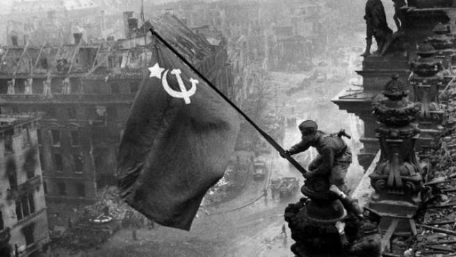 La famosa foto de Khaldei en la versión original sin manipular por los responsables de la propaganda soviética