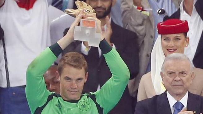 Manuel Neuer alza el trofeo que lo acredita como guante de oro del Mundial.