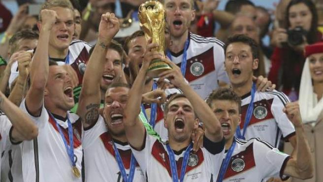 El capitán de Alemania, Philipp Lahm, alza la Copa del Mundo rodeado de sus compañeros.