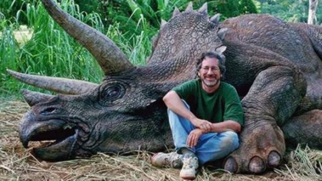 El director de cine Steven Spielberg con un Triceratops en el set de rodaje de la película 'Parque Jurásico'.