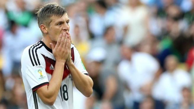 El jugador internacional alemán Toni Kroos gesticula durante la final del Mundial de Brasil 2014 frente a Argentina.