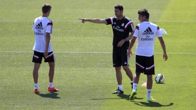 El nuevo segundo entrenador del Real Madrid, Fernando Hierro, durante su primer entrenamiento con el equipo.