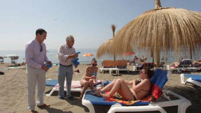Espada y Corral reparten ceniceros ecológicos en playas de Marbella