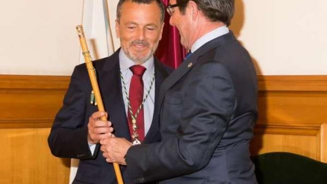 Agustín Hernández asume el bastón de mando de Santiago