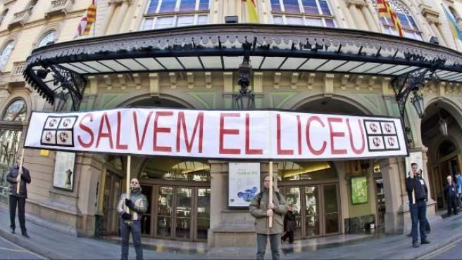 Un grupo de más de medio centenar de trabajadores del Gran Teatro del Liceo de Barcelona se han concentrado ante las puertas del teatro.