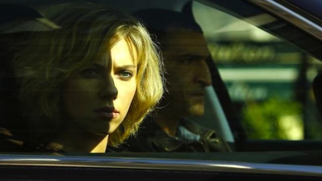 Scarlett Johansson acelera por París en el nuevo clip de 'Lucy'