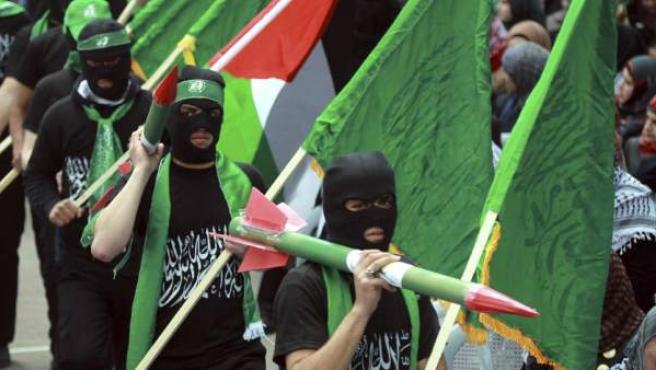 Seguidores del movimiento islámico Hamás desfilan durante una protesta convocada como parte de la campaña electoral, en la Universidad Politécnica de la ciudad cisjordana de Hebrón. Las elecciones parlamentarias palestinas se celebrarán en octubre del 2013.