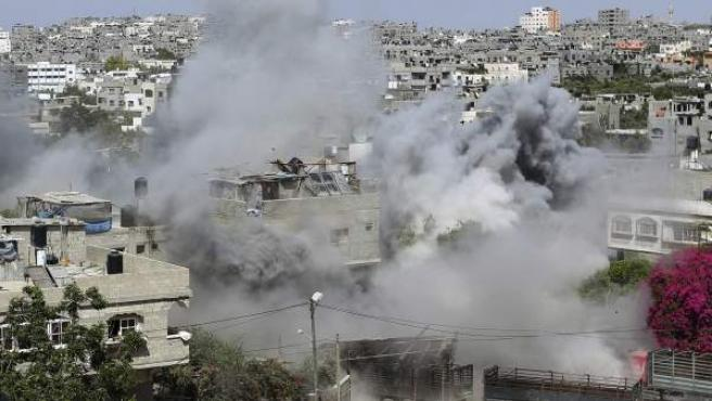 Vista general del humo de una casa palestina durante una ataque israelí de misiles en Jabaliya, en el norte de la franja de Gaza, el lunes, 14 de julio del 2014.