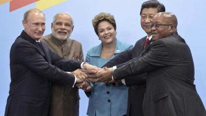 Los presidentes de China, Xi Jinping (2d); Rusia, Vladimir Putin (i), Sudáfrica, Jacob Zuma (d), y Brasil, Dlma Rousseff (c), y el primer ministro de India, Narendra Modi (2i), posan para la foto oficial durante la inauguración de la VI Cumbre del BRICS.