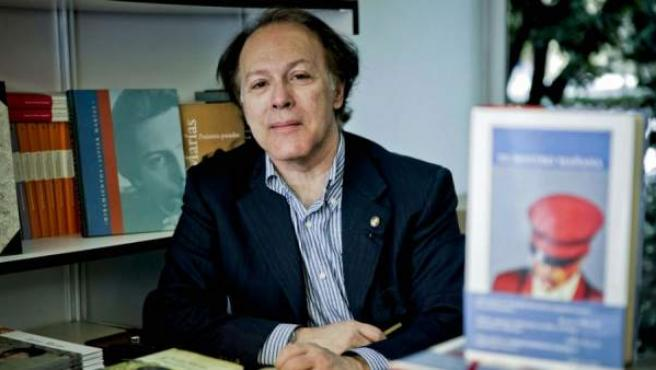 Javier Marías durante la Feria del Libro de Madrid 2012.