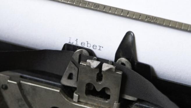"""La palabra """"Lieber"""" (querido, en alemán) escrita en un papel en una máquina de escribir."""