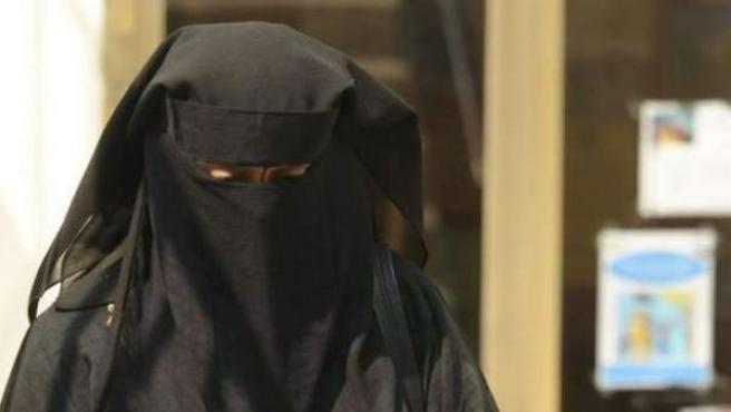 Imagen de archivo de una mujer con el rostro completamente cubierto por un velo.