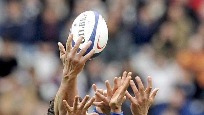 Un balón de rugby, durante un partido.
