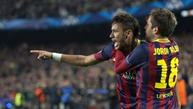El delantero brasileño del FC Barcelona Neymar da Silva celebra su gol del empate con su compañero Jordi Alba.